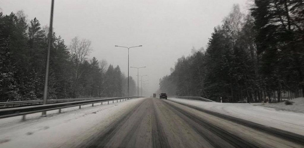 Chaosas Lietuvos keliuose: nors kelininkai darbus pradėjo anksčiau, bet greitkeliai užpustyti